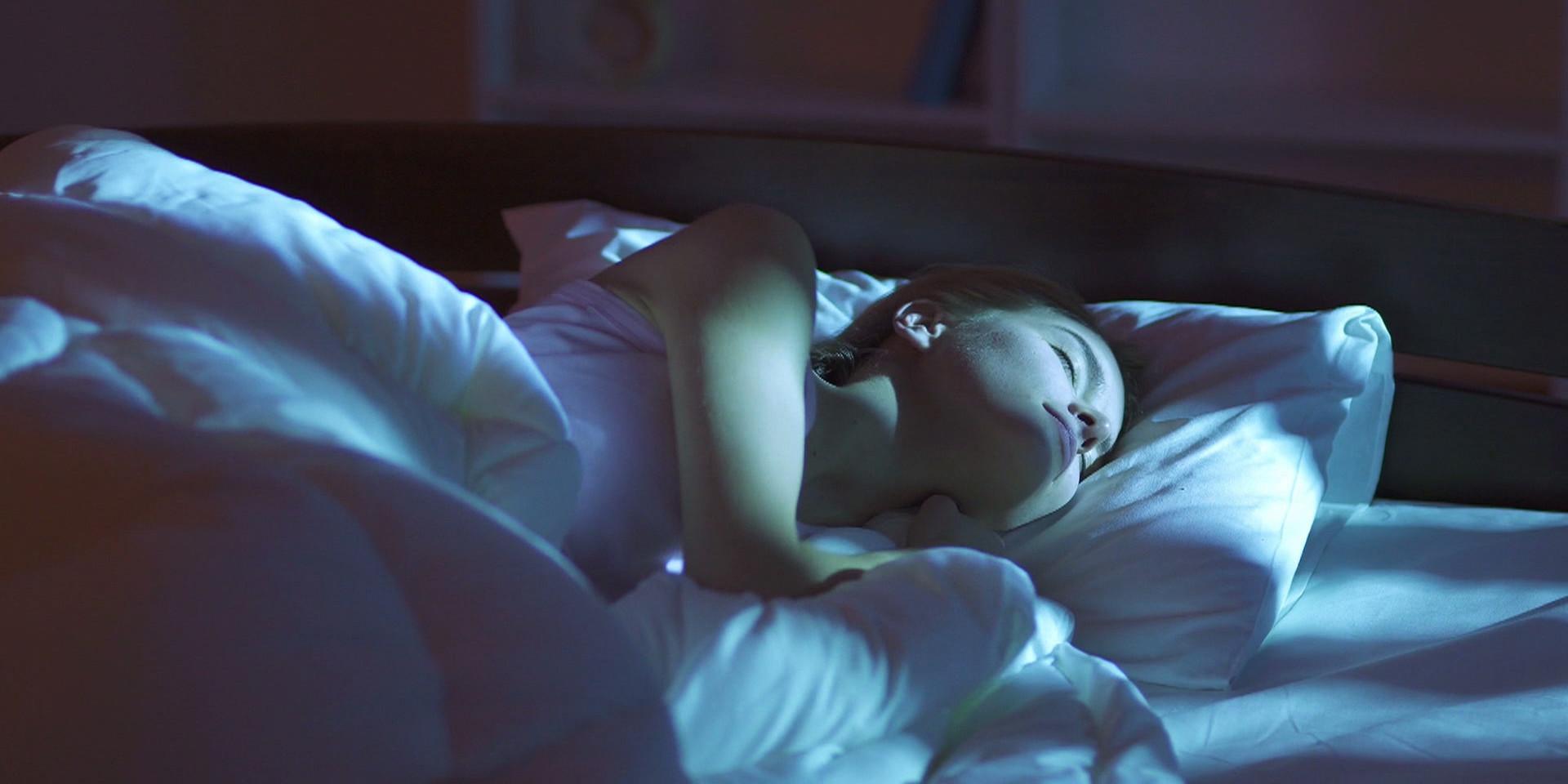 Mit bestem freund in einem bett schlafen
